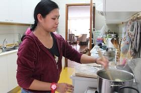 няня-филиппинка готовит