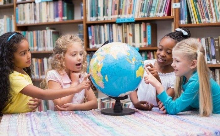 школьники и глобус