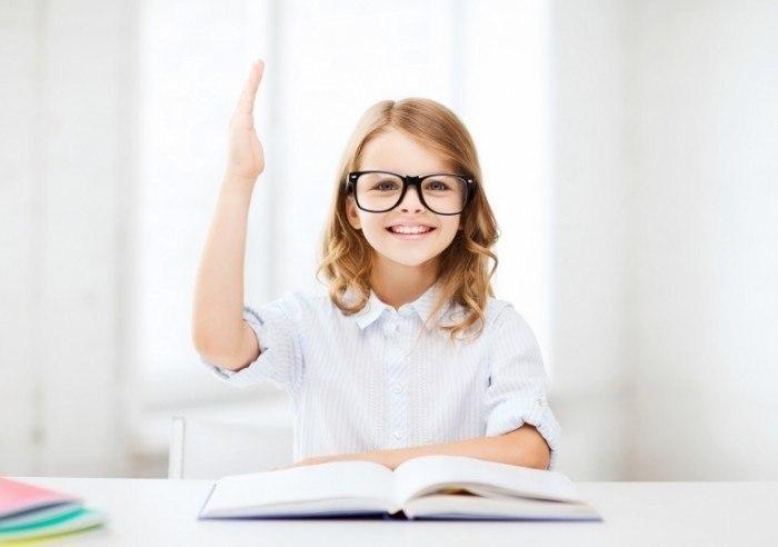 школьница с поднятой рукой